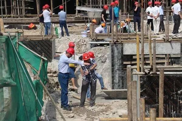 集团地产板块项目举行建设现场办公会.jpg