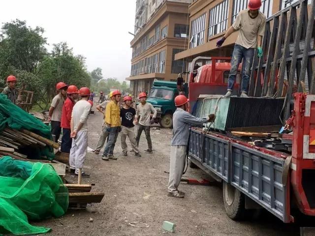 A6组团交房在即 项目冒雨施工保进度.jpg
