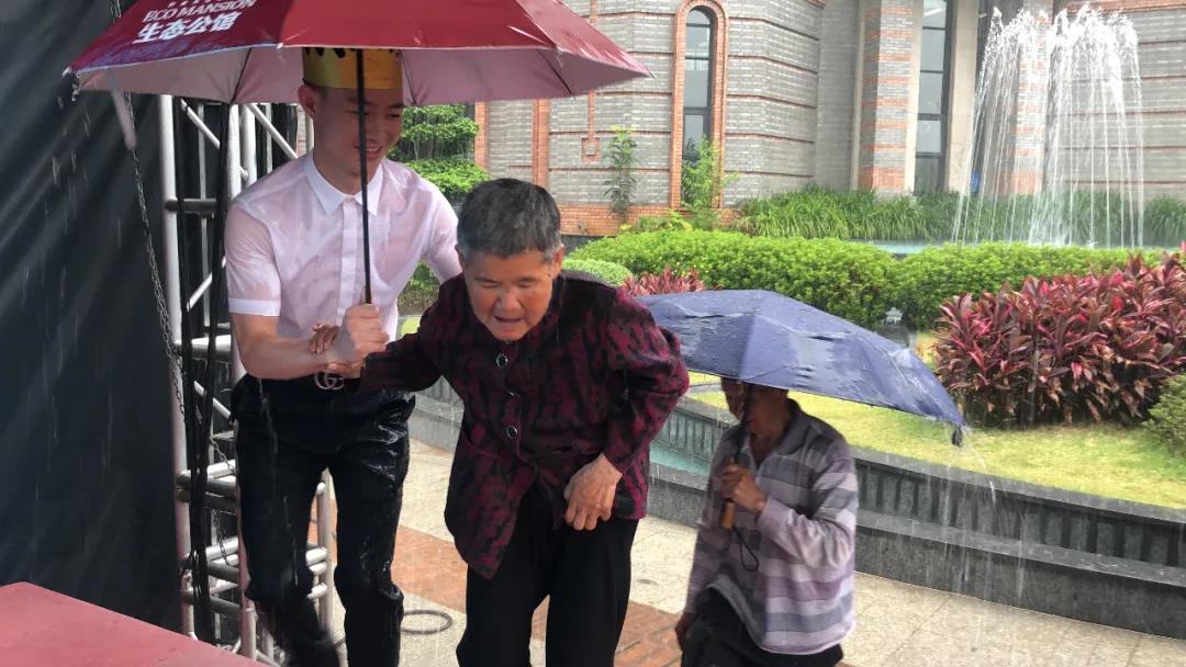 感动!桔山暴雨来袭两老人被困,太阳成地产营销中心员工淋湿全身上演温馨一幕